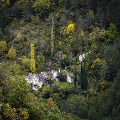 Du cirque de Saint-Marcellin, on surplombe le hameau de la Sablière (ph. E. Trannois)